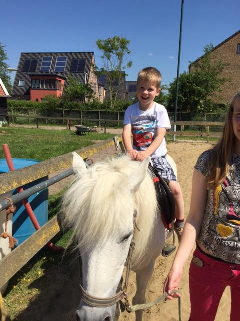 Stijn op paard tijdens schoolreis